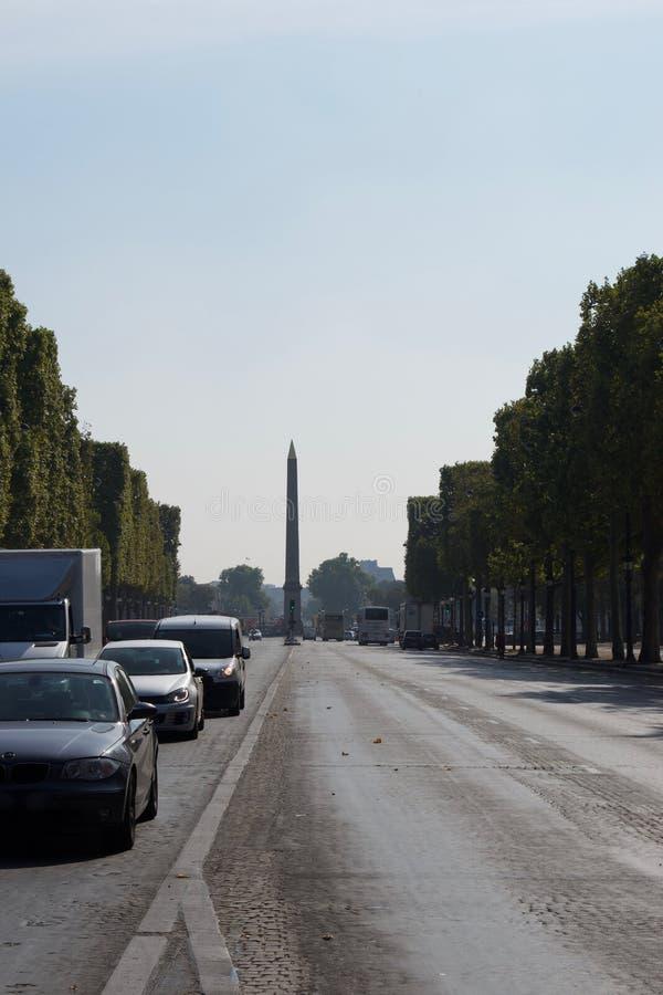 Cleopatras visarobelisk, Paris Frankrike på slutet av gatan med bilar royaltyfria bilder