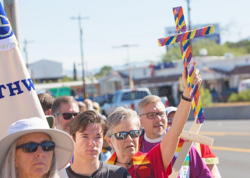 Clergé et d'autres défenseurs à la protestation march images stock