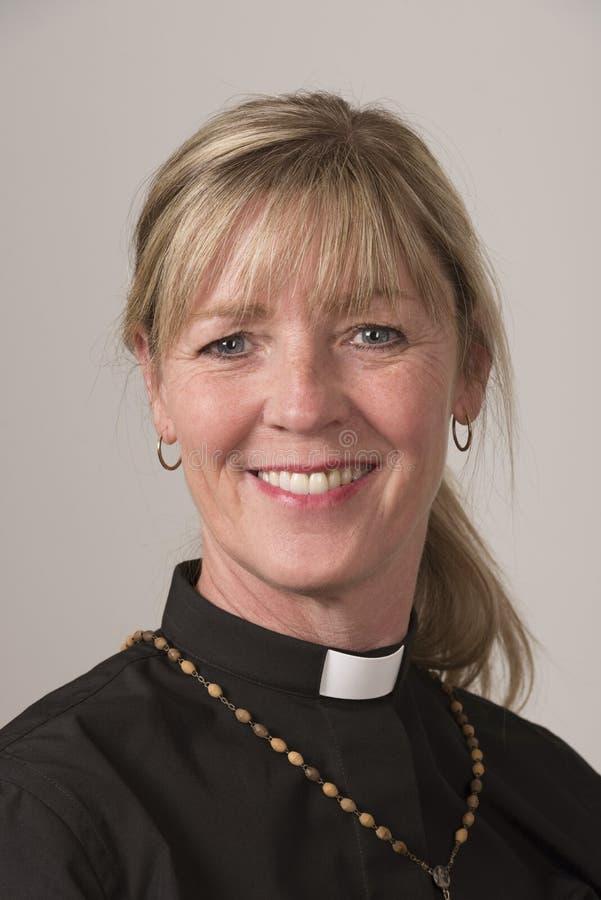 Clergé féminin Un portrait du sourire de femme images libres de droits