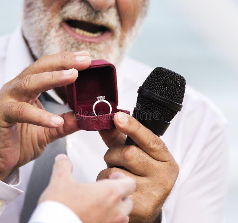 Clergé montrant l'anneau de mariage photo libre de droits