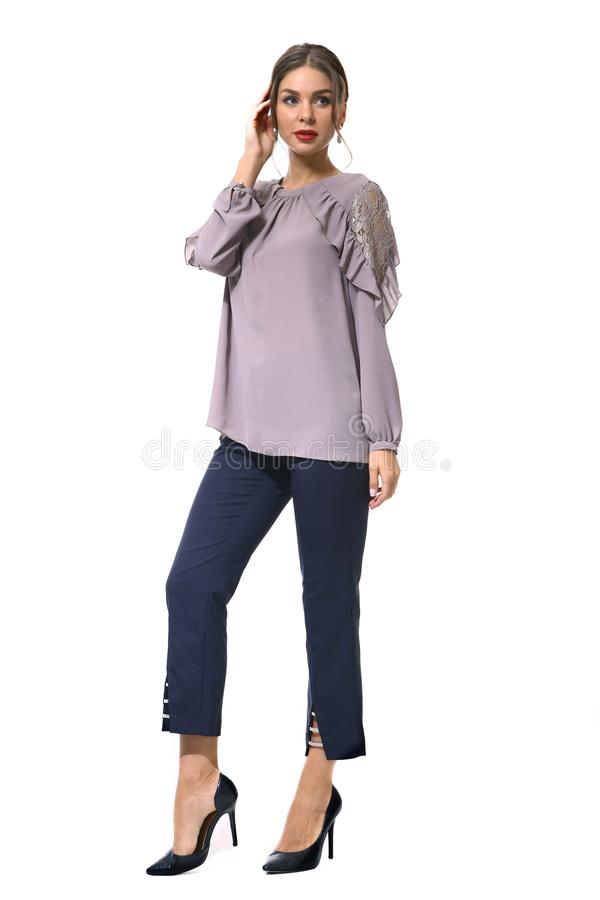 Clerk a mulher de negócio do gerente na blusa formal e na calças curto fotografia de stock royalty free
