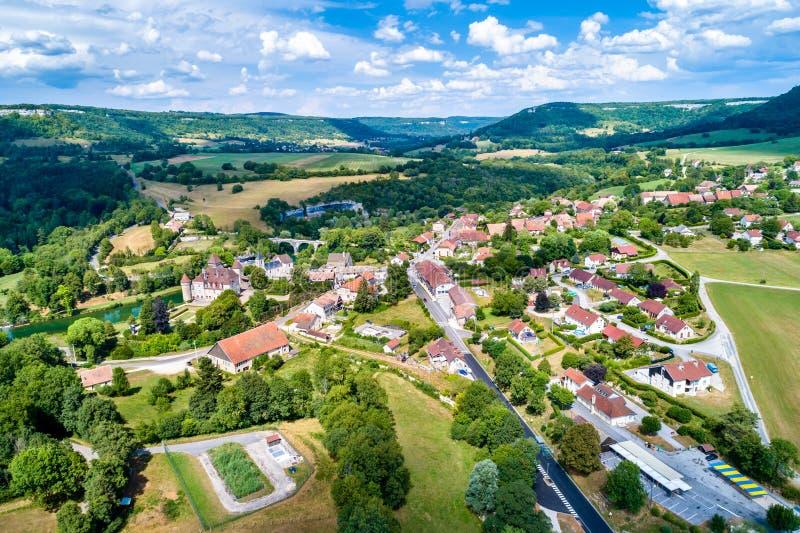 Cleron鸟瞰图,一个村庄在法国著名为它的城堡 库存照片