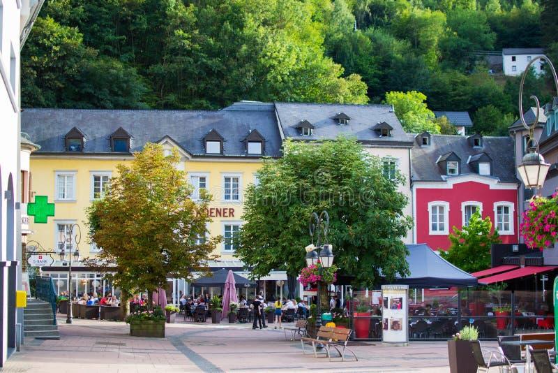 Clervaux, Luxembourg ; 08/11/2018 : Place principale dans la vieille ville de Clervaux, Luxembourg Endroit médiéval et touristiqu images libres de droits