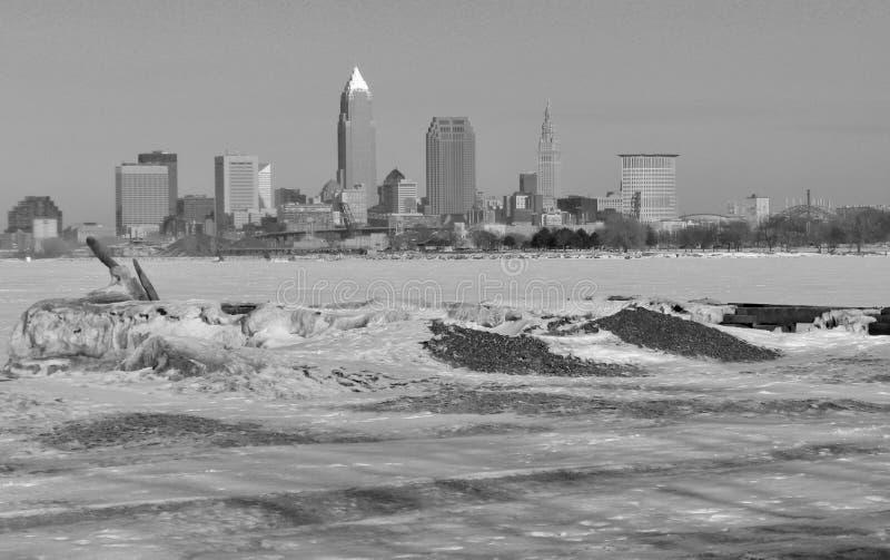 Cleveland über dem eisigen Eriesee stockbilder