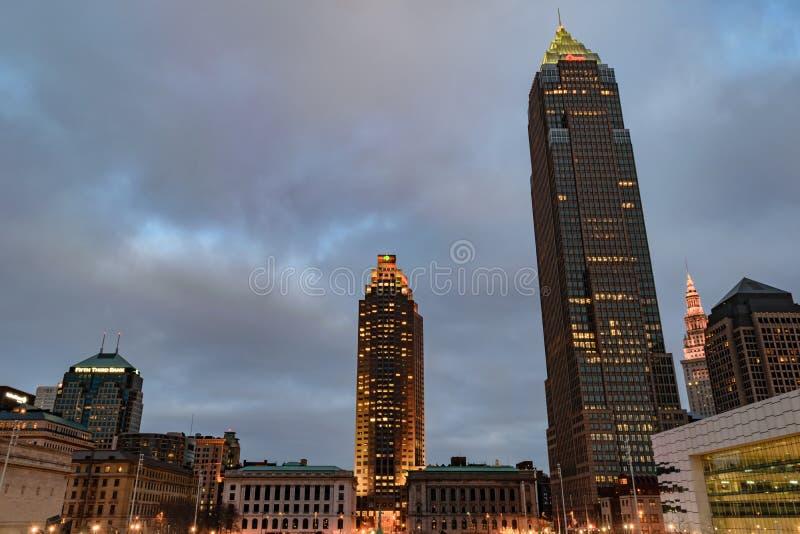 Cleveland céntrica en la oscuridad imagen de archivo