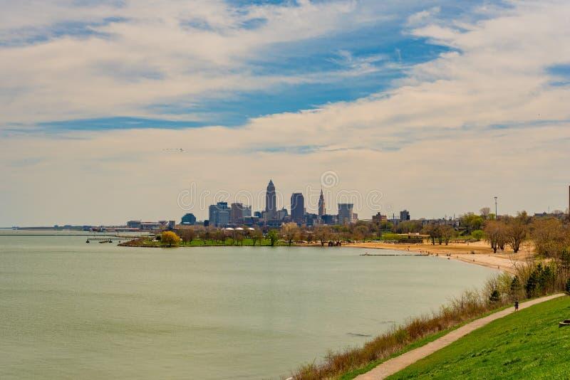 Cleveland céntrica por el lago imagenes de archivo