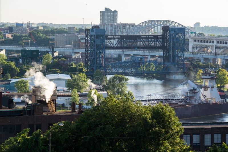 Cleveland Cuyahoga River Bridge Dusk stockbilder