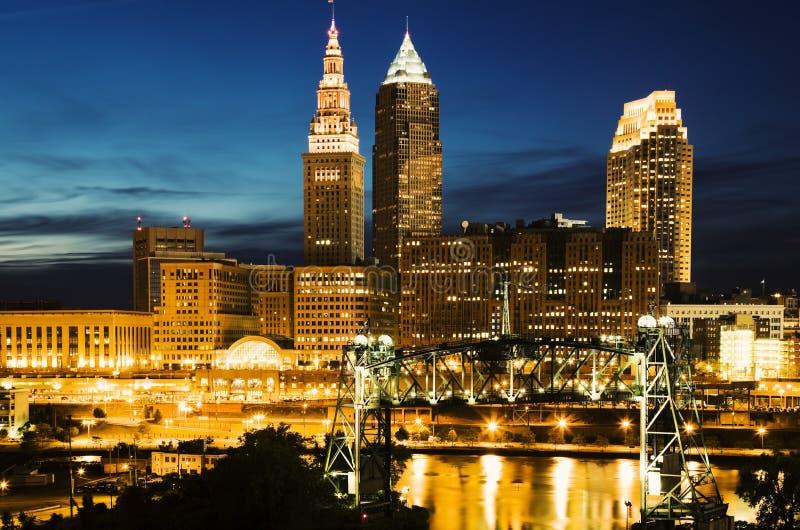 Cleveland durante a noite azul imagens de stock