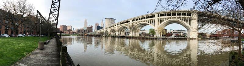 Cleveland Ohio miasta linii horyzontu Cuyahoga W centrum rzeka zdjęcie stock