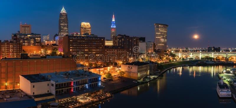 Cleveland Ohio-Skyline nachts mit dem Vollmond stockfotos