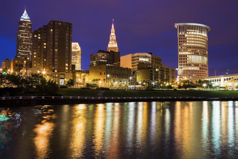 Cleveland-Skyline über Cuyahoga-Fluss stockfotos