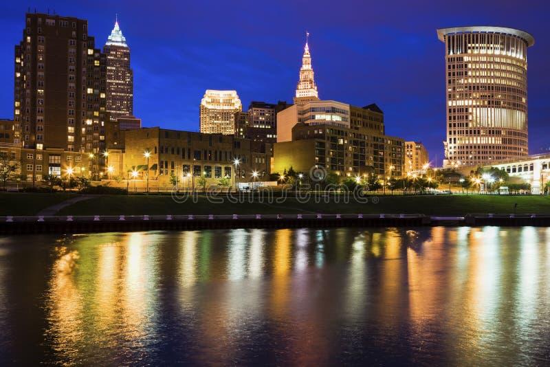 Cleveland-Skyline nachts stockbild