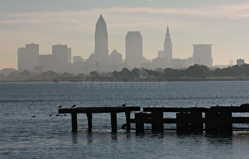 Cleveland Skyline over Meer Erie stock foto's