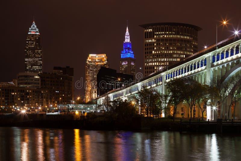 Cleveland Skyline- und Detroit-Vorgesetzt-Brücke stockfotos