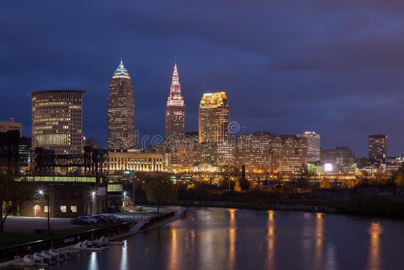 Cleveland Skyline von Cuyahoga-Fluss stockfotos