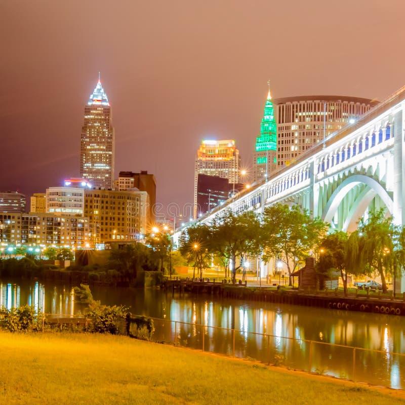 Cleveland som är i stadens centrum på molnig dag royaltyfri fotografi
