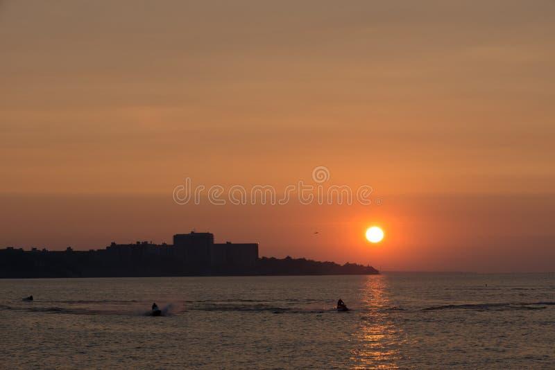 Cleveland strandsolnedgång Lake Erie royaltyfria bilder