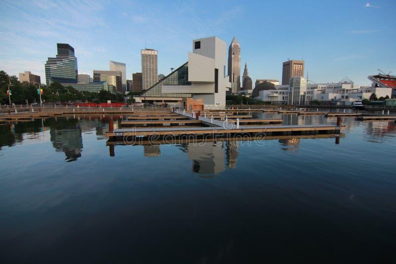 Clevelands Skyline und Rock-and-Rollhall of fame lizenzfreie stockfotografie