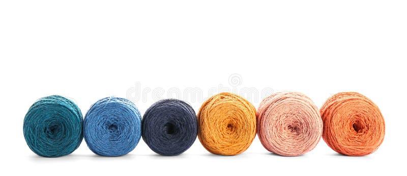 Clews de linhas de confecção de malhas coloridas na fileira fotografia de stock