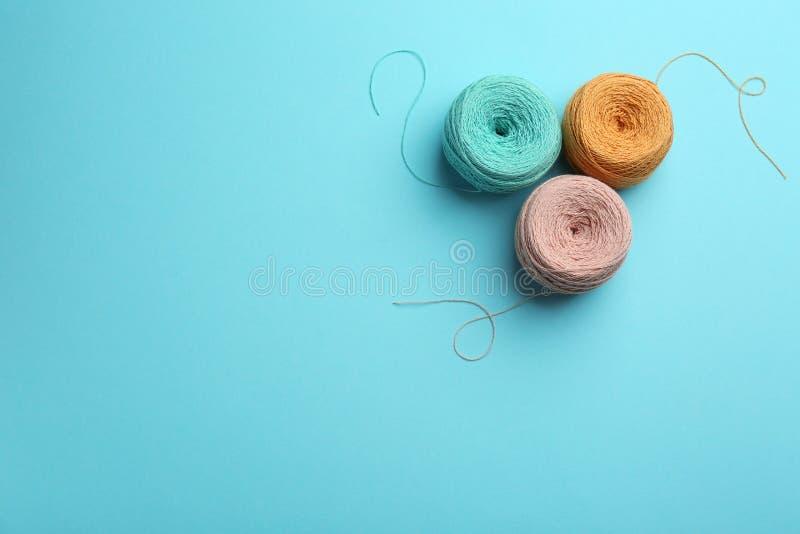 Clews de linhas de confec??o de malhas no fundo da cor, espa?o para o texto Material Sewing foto de stock royalty free