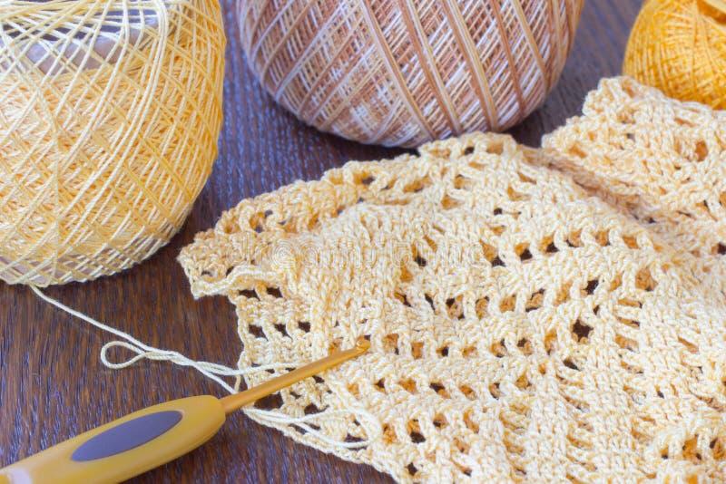 Clews do fio para a confecção de malhas e o produto acabado Vista superior fotografia de stock royalty free