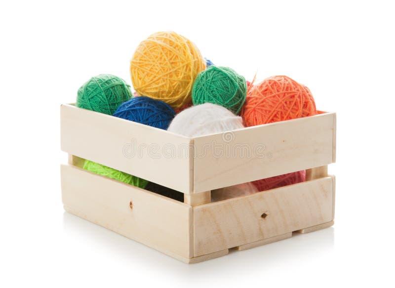 Clews il filato per il lavoro a maglia nella casella di legno immagini stock libere da diritti