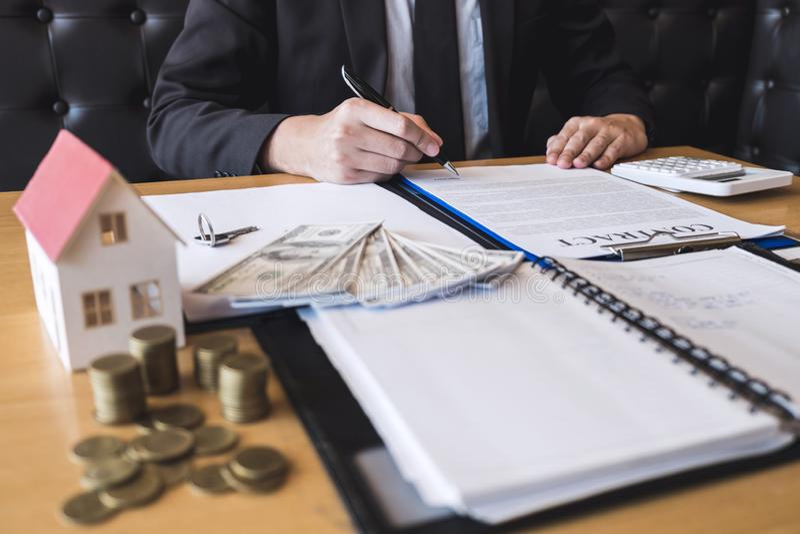 Cliënt die onroerende goederen overeenkomstencontract met goedgekeurd aanvraagformulier, die of betreffende de aanbieding van de  royalty-vrije stock fotografie