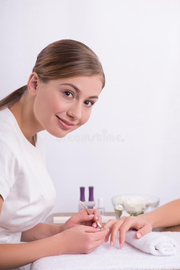 Cliënt en manicure in manicuresalon stock foto
