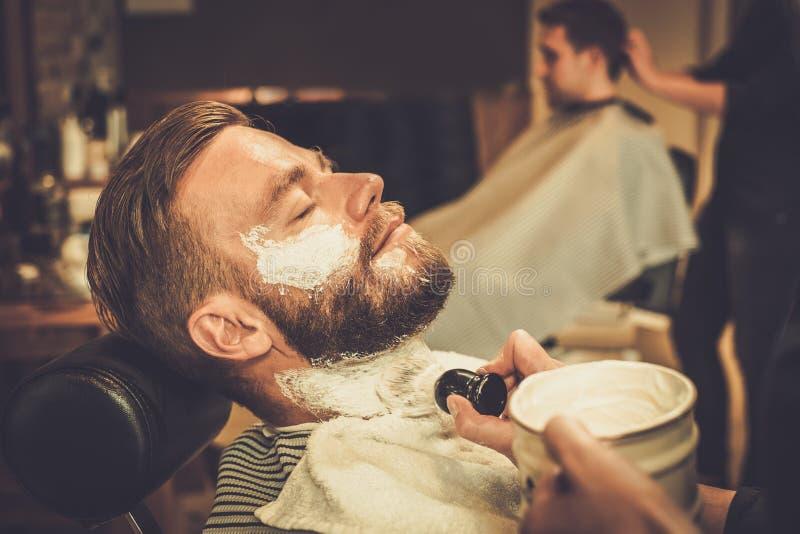 Cliënt tijdens baard het scheren