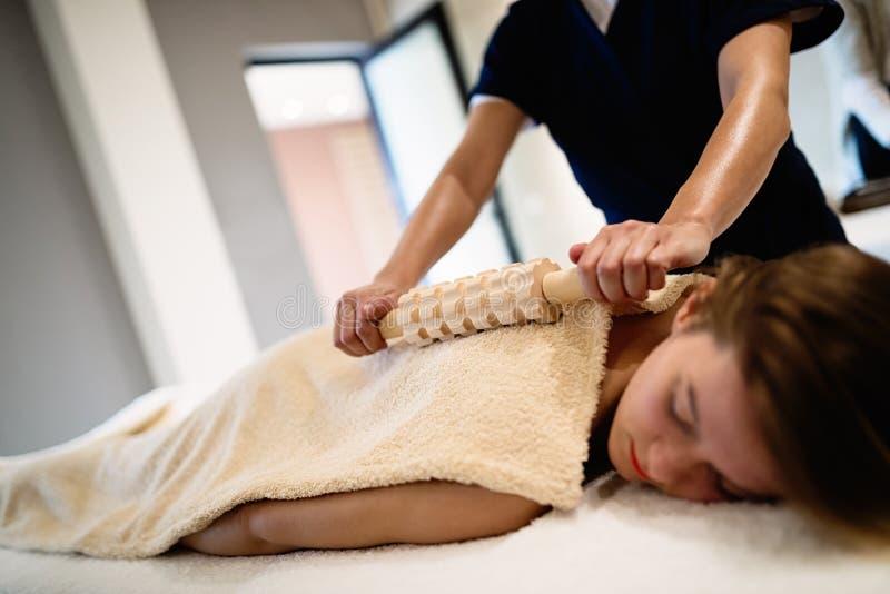 Cliend que aprecia a massagem dada pelo massagista imagens de stock royalty free