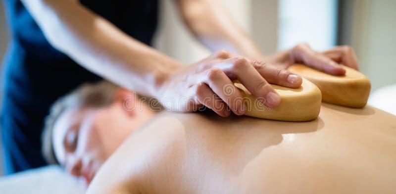 Cliend que aprecia a massagem dada pelo massagista fotos de stock royalty free