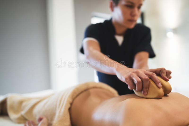 Cliend som tycker om massagen som ges av massören arkivbild