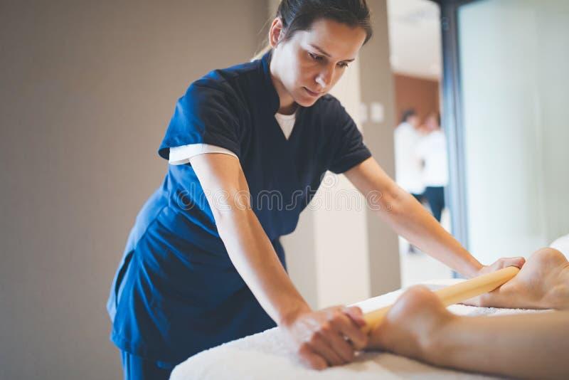 Cliend som tycker om massagen som ges av massören royaltyfri fotografi