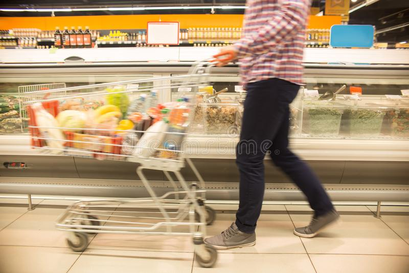 Client avec le chariot dans le supermarché photo stock