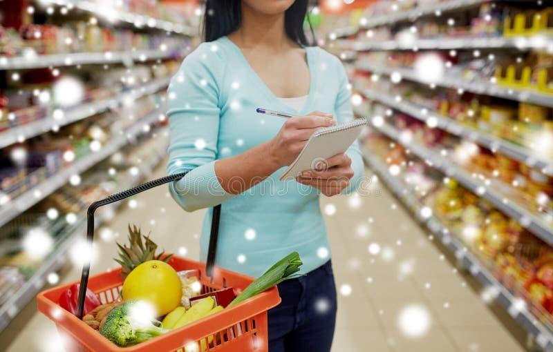 Client avec le panier à provisions au supermarché photo stock