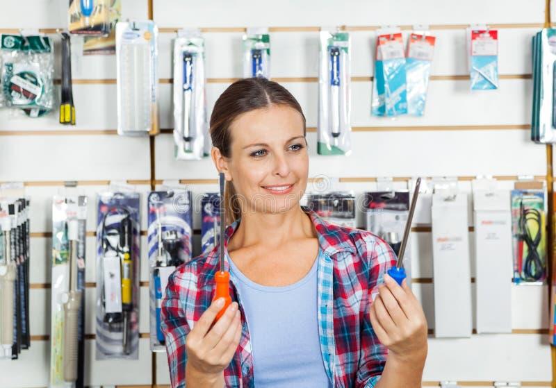 Client comparant des tournevis dans le magasin photo libre de droits