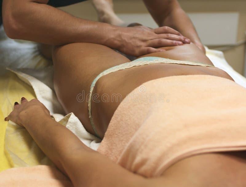 Client convenable de femme de brune recevant le massage de corps au club de station thermale par images stock