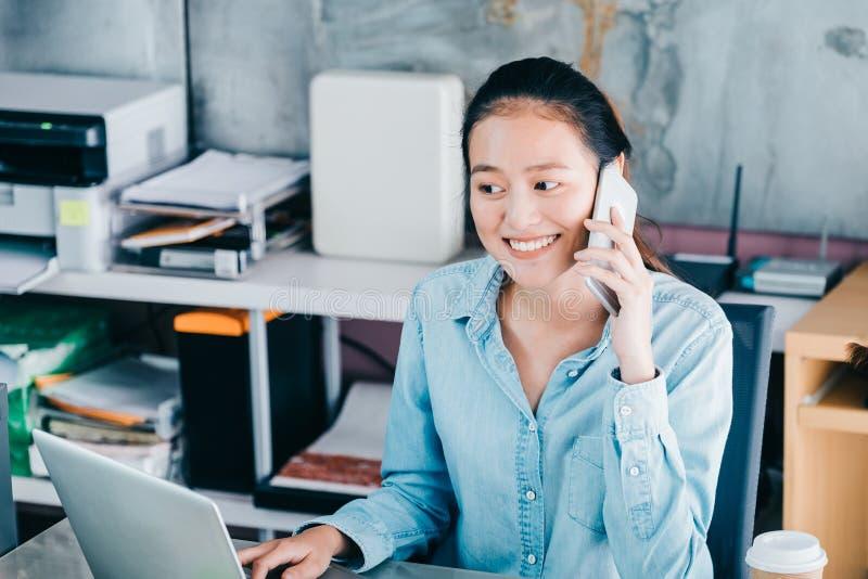 Client créatif asiatique de contact de concepteur au pone mobile avec le SMI photos stock