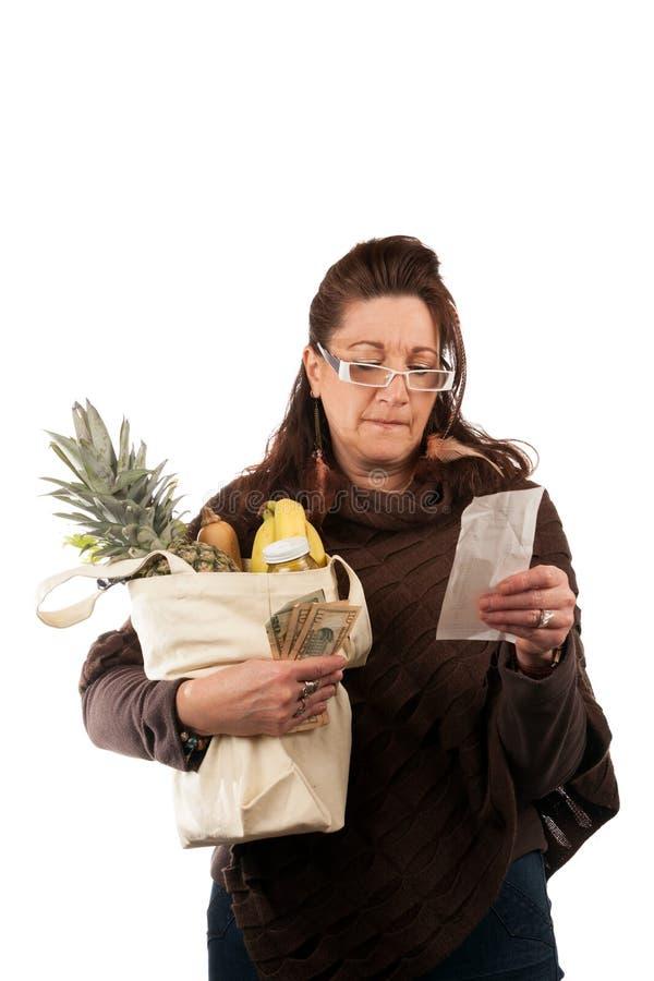 Client d'épicerie passant en revue le reçu photographie stock libre de droits