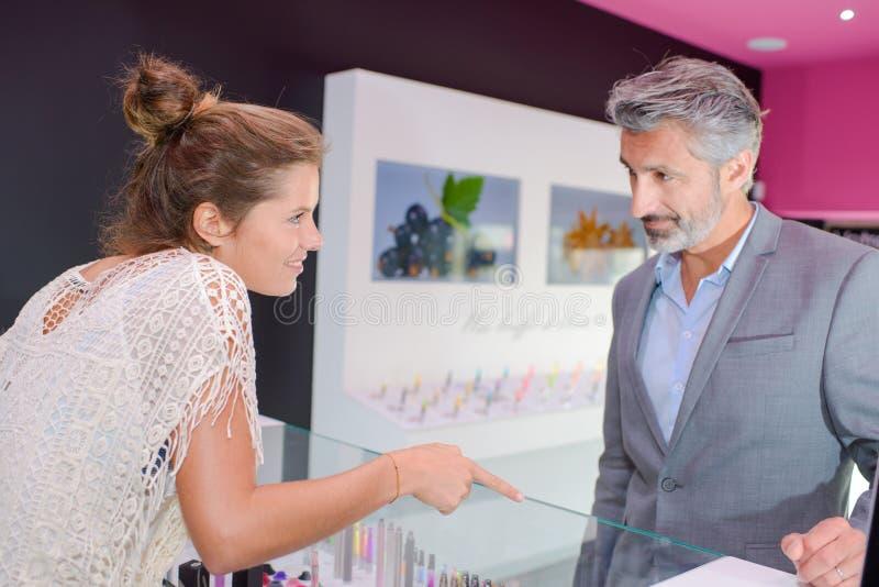 Client dans la boutique image stock