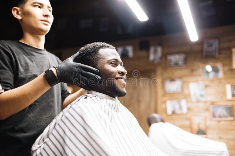 Client dans le raseur-coiffeur images libres de droits