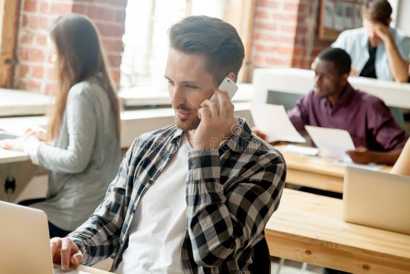 Client de consultation de directeur masculin au-dessus de téléphone portable images stock