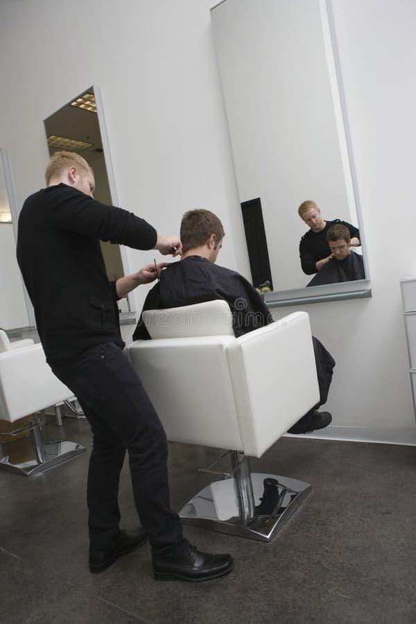 Client de Giving Haircut To de coiffeur images libres de droits