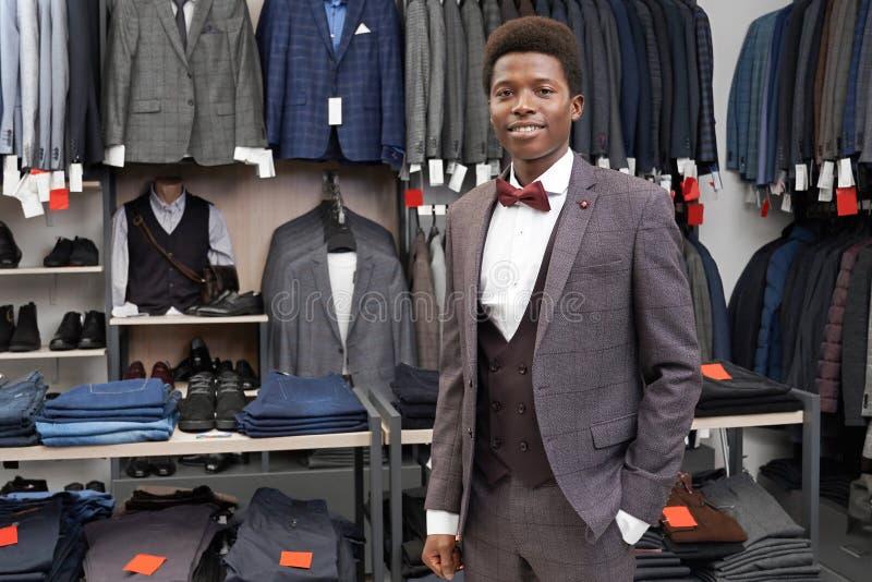 Client de main de participation de boutique dans la poche de pantalon, posant photographie stock libre de droits