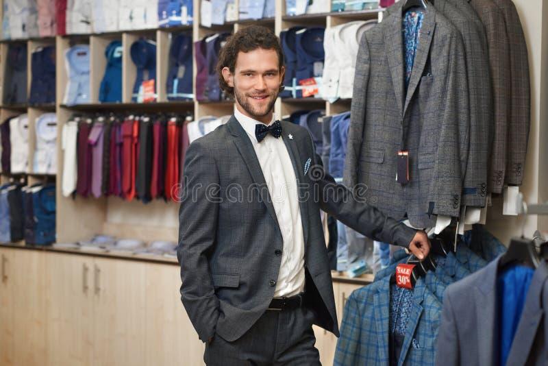 Client de sourire de brune recherchant le costume images libres de droits