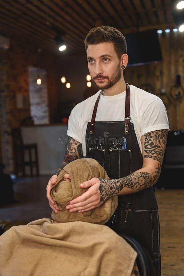 Client et coiffeur dans le raseur-coiffeur de style ancien image stock