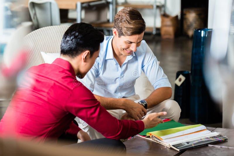 Client et employé de magasin dans le magasin de meubles image stock