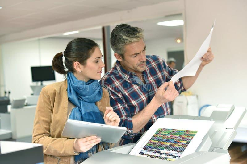 Client et travailleur dans l'industrie de l'imprimerie photo libre de droits