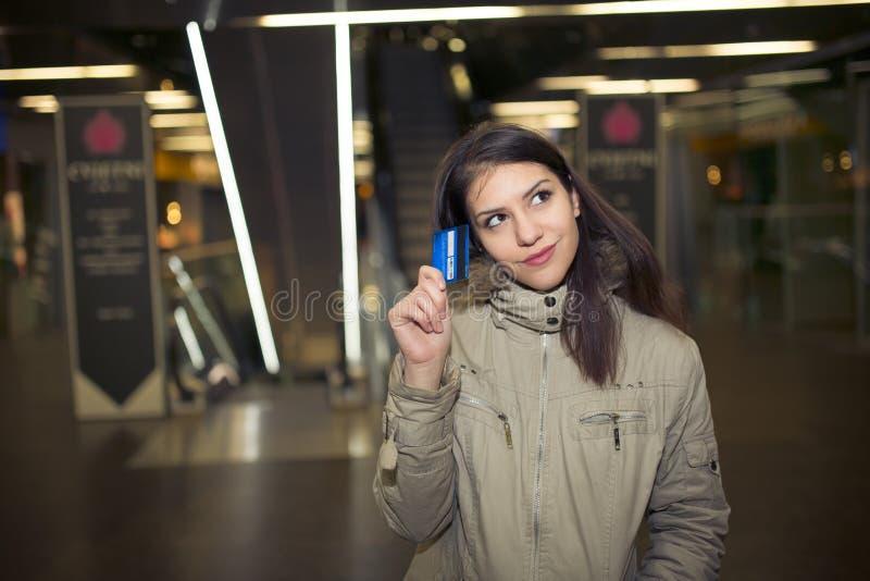 Client féminin avec des achats en plastique de carte dans le mail Femme de jeune adolescent employant la carte de crédit de paren photos stock
