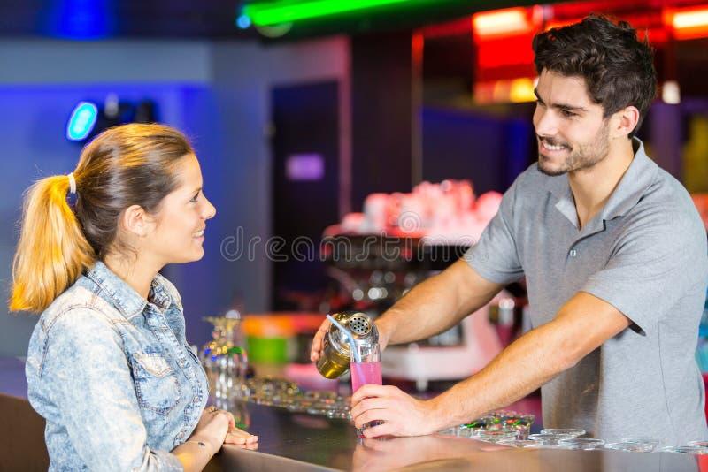 Client féminin demandant la boisson au barman photos libres de droits